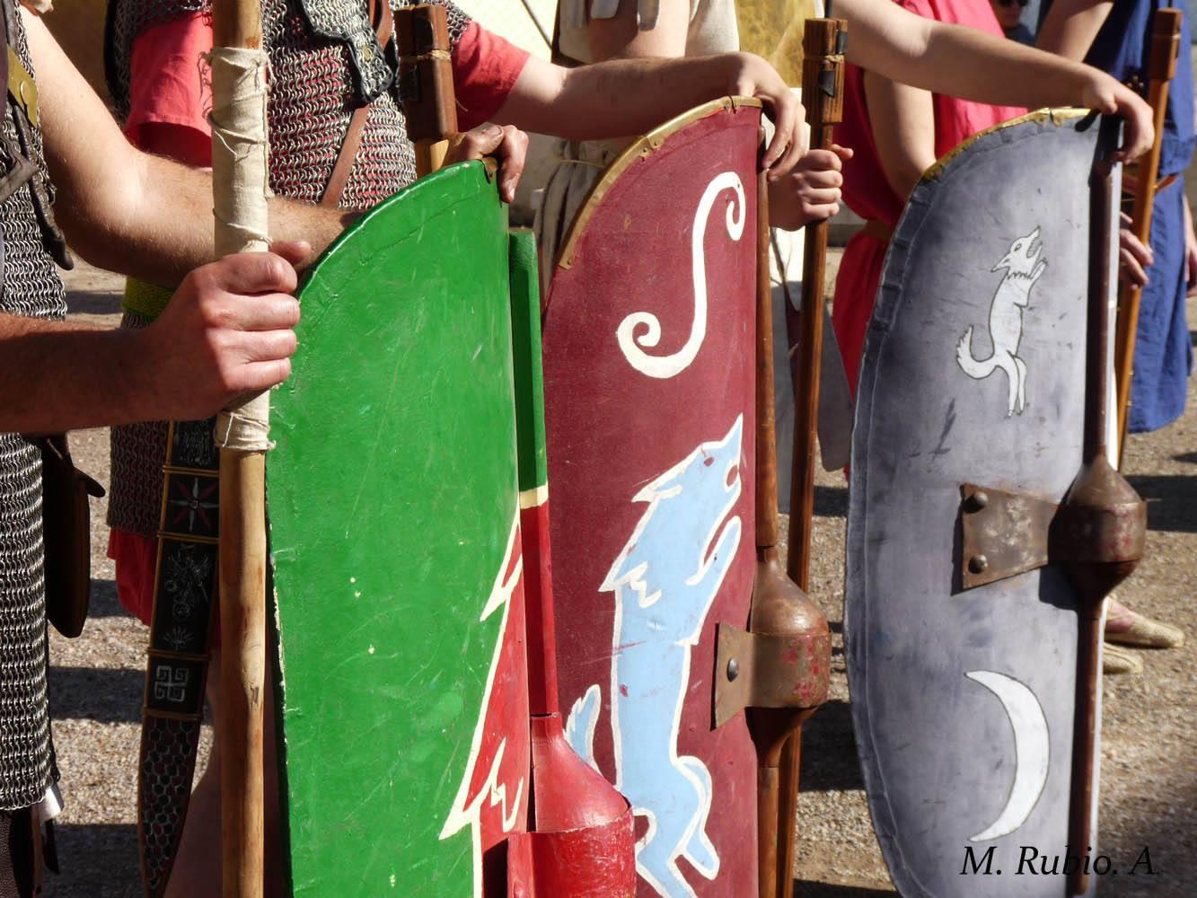 Diversas decoraciones en los scuta de Legio Prima. En todos ellos apare un lobo símbolo principal de la unidad.